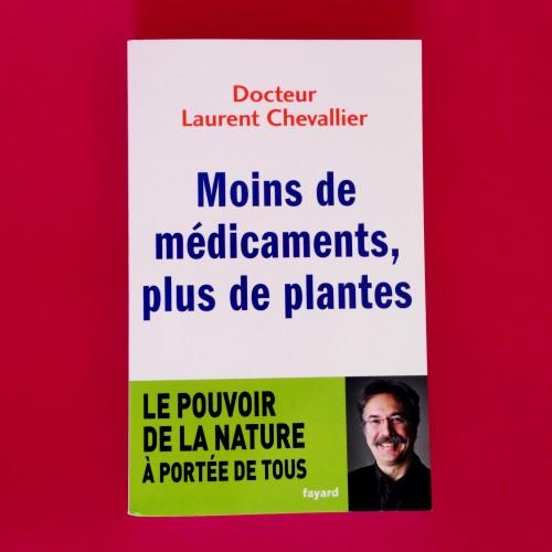 """couverture du livre du docteur Laurent Chevalier """"moins de médicaments, plus de plantes """" chez Fayard avec sa photo."""